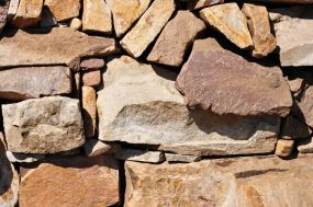 Artistic crafted stonwork in dry stack wall